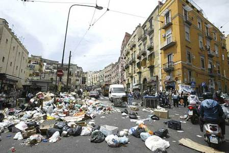 Las calles de Nápoles inundadas por la basura.