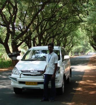 Raja posando junto a nuestro vehículo