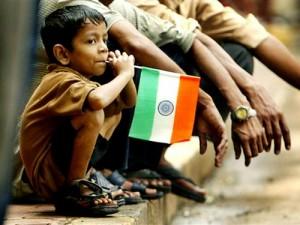 Niño observando las celebraciones del Día de la Independencia india.