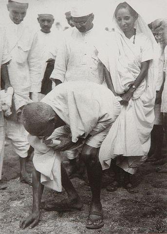 Gandhi al final de la Marcha de la Sal, 5 abril 1930