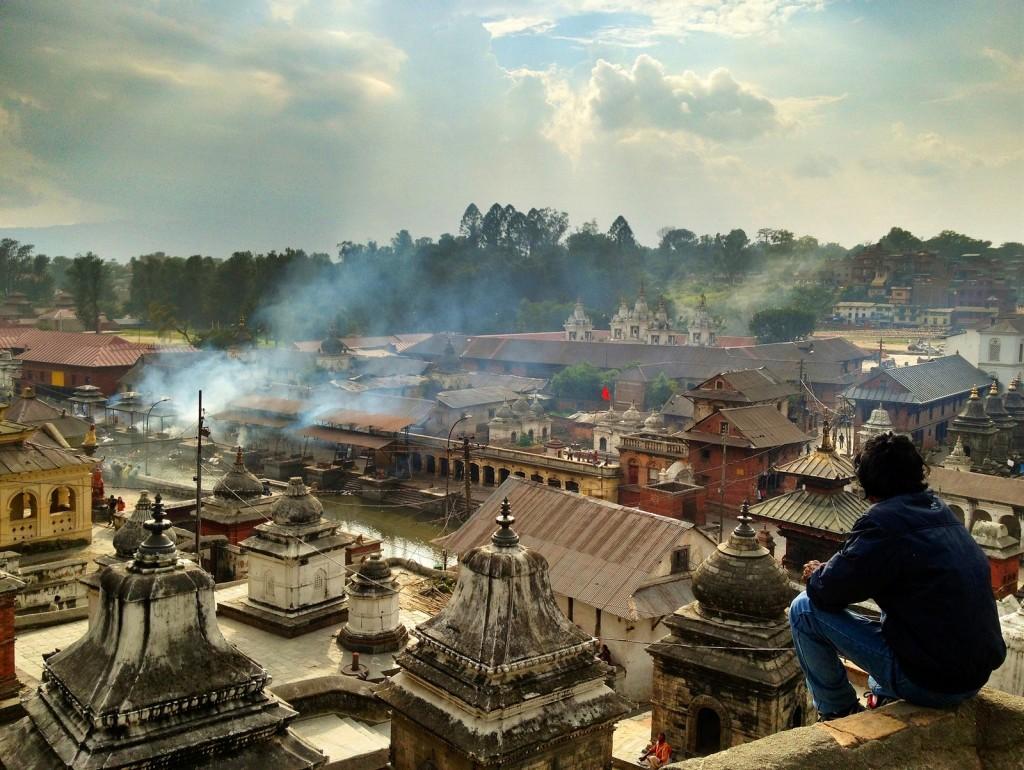 Turista contemplando las estupas de Pashupatinath