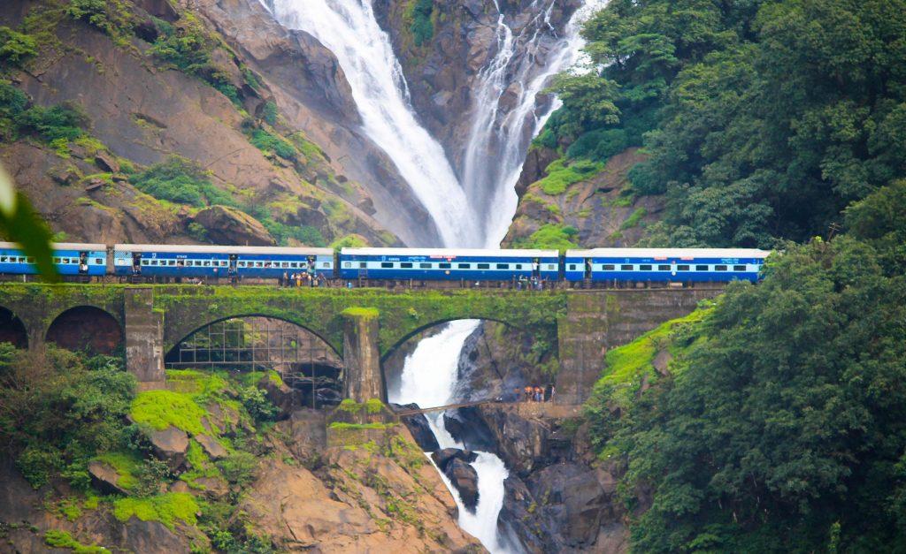 Tren cruzando las Dudhsagar Falls de Goa.
