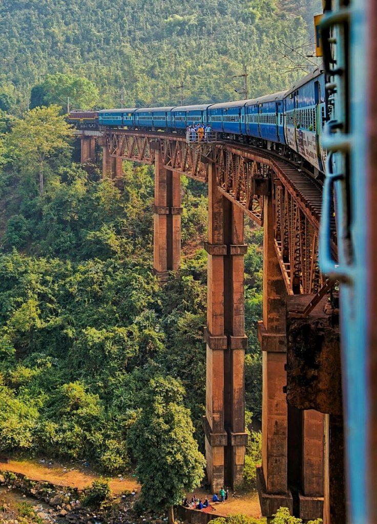 Tren cruzando del estado de Chhattisgarh a Andhra Pradesh
