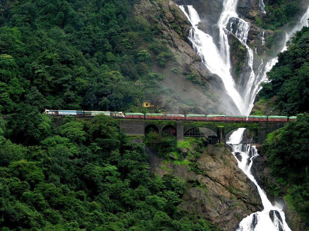 Tren indio atraviesa el interior del estado de Goa.
