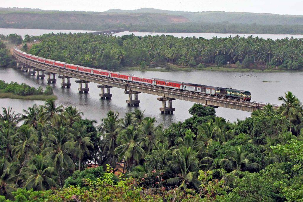 Tren cruza las palmeras y marisma de Kerala.