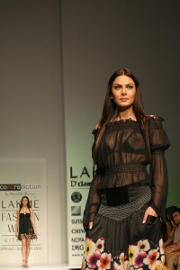 Aanchal Kumar on the ramp at Lakme Fashion Week 2009