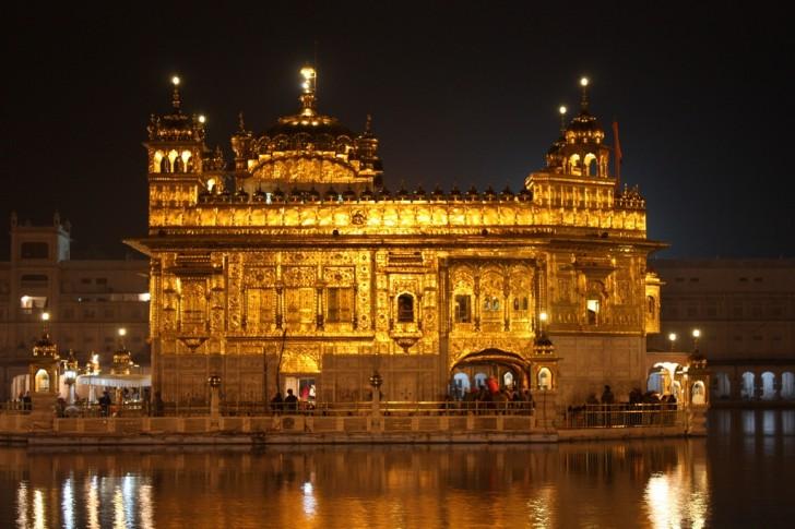 Templo Dorado de Amritsar de noche