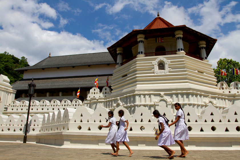 History of Sri Lanka: Temple of the Buddha's tooth - places for a honeymoon