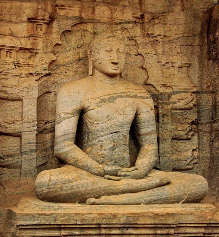 Viajar a Sri Lanka en julio - Escultura de Buda meditando