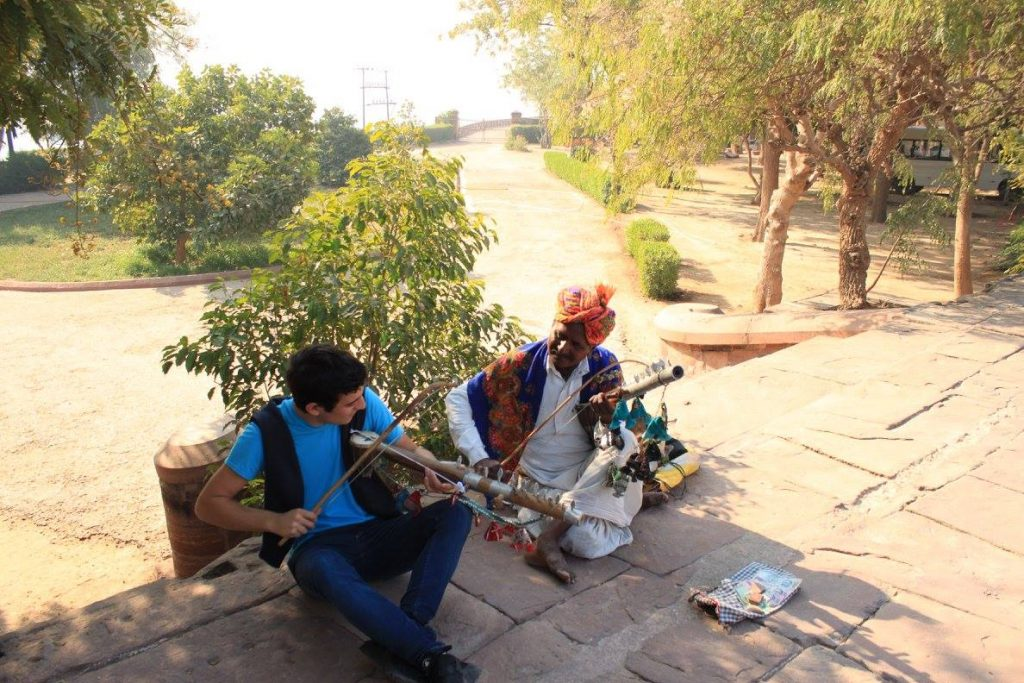 Entrevista a Sociedad Geográfica de las Indias - A young traveller knowing Indian music