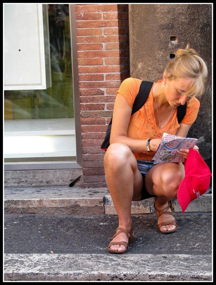 Viajar sola - Mujer con un mapa