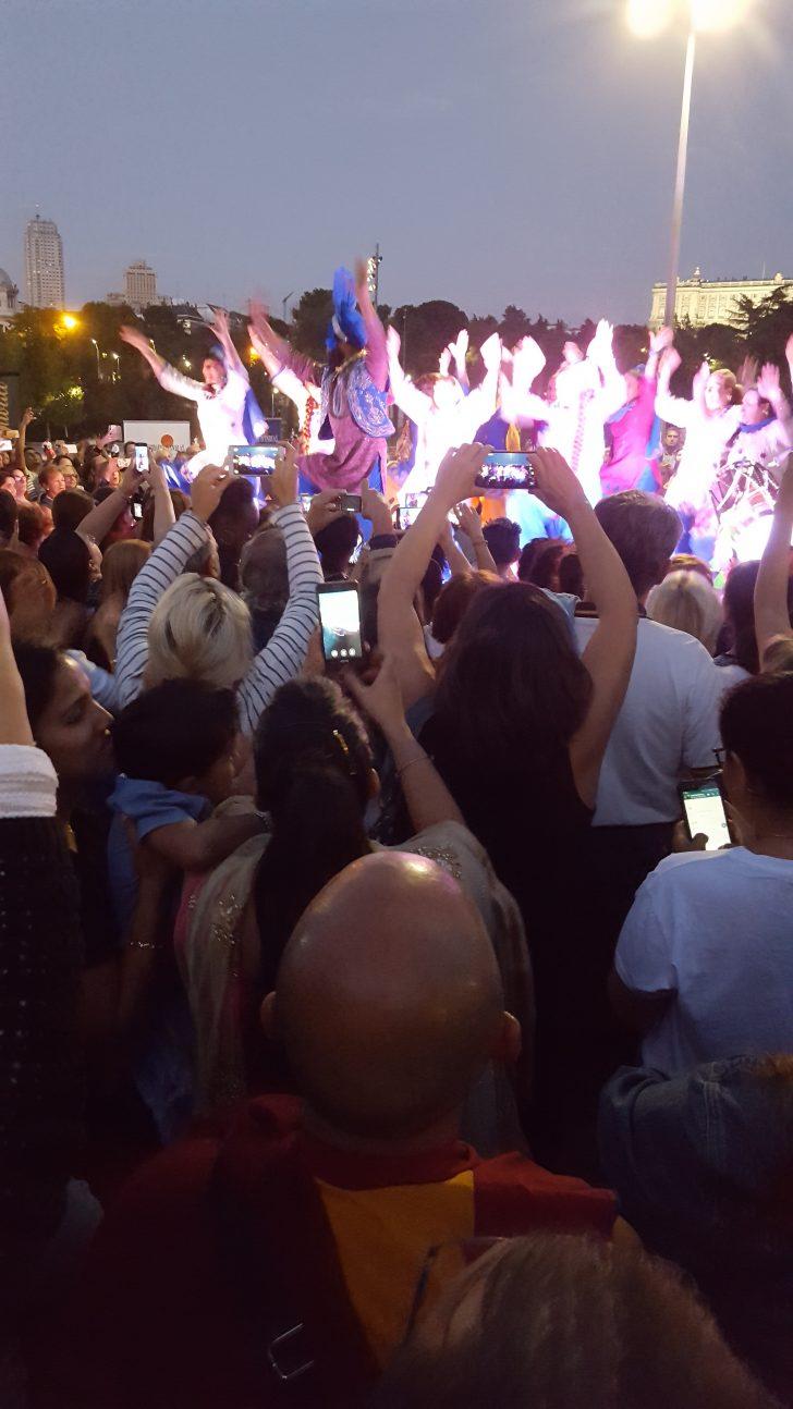 Público en el baile de la fiesta de Diwali en Madrid