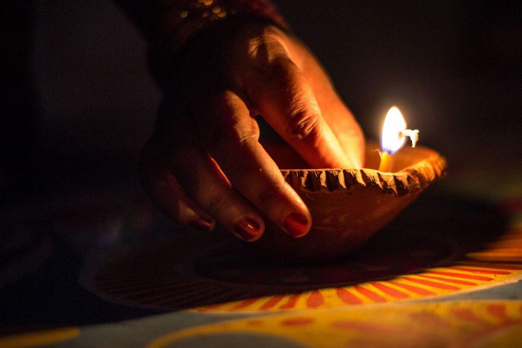 Vela encendida en el Diwali de India