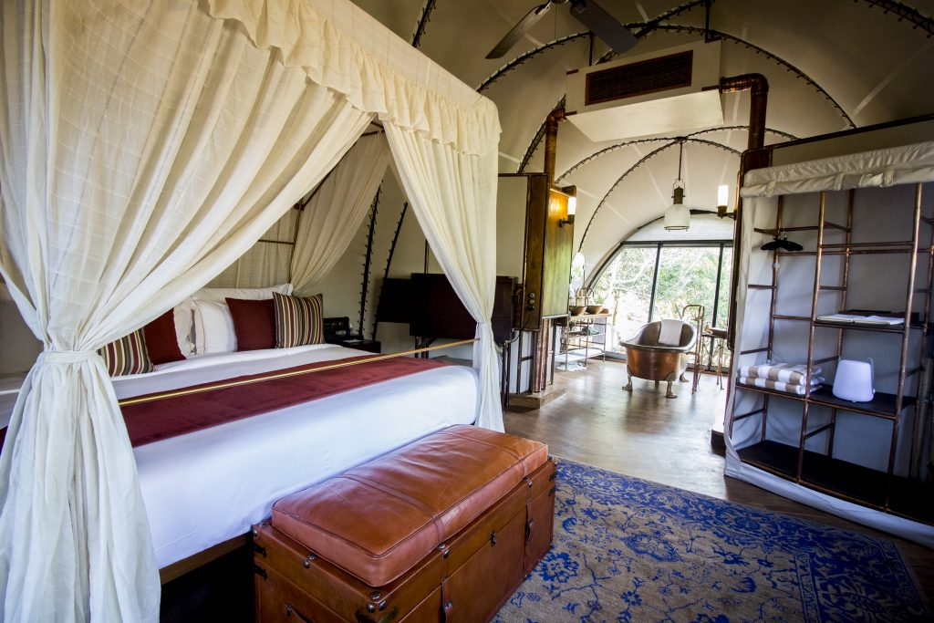 Interior de la suite Panthera de Wild Tented Coast.