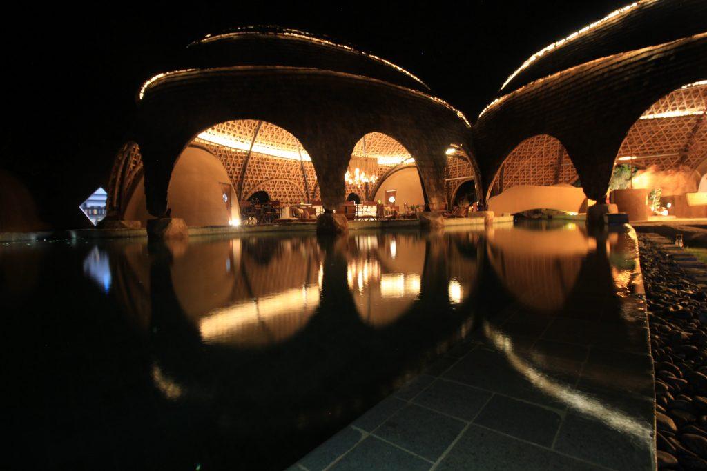 Restaurante junto a la piscina del nuevo resort de Resplandecent Ceylon (Wild Coast Tented Lodge, Sri Lanka, Glamping)