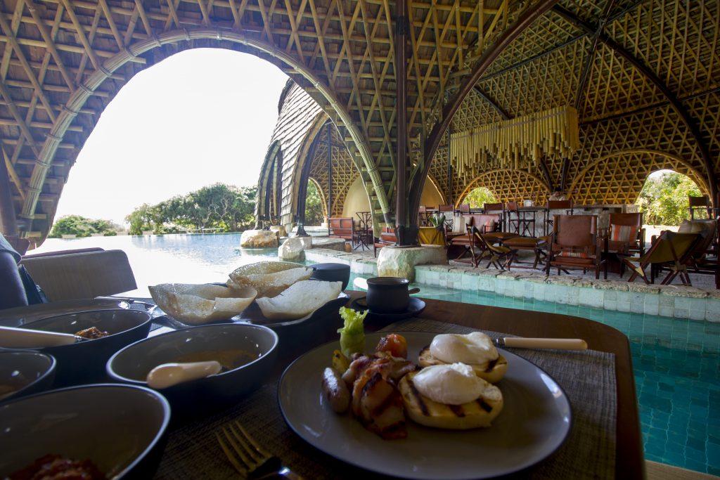Desayuno en uno de los cocoons de Wild Coast Tented Lodge, Sri Lanka (Glamping)