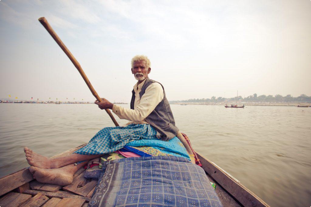 Típico cruce en barca por el río en Kumbh Mela