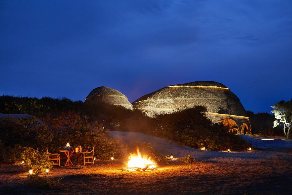 Wild Coast Tented Lodge (Sri Lanka, Glamping). Cena en la playa de noche