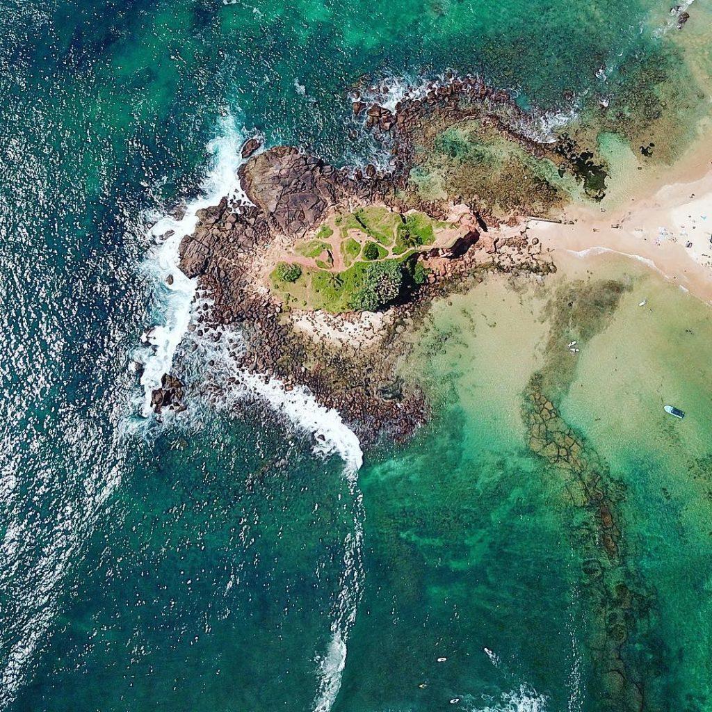 Playa de Mirissa en Sri Lanka desde las alturas
