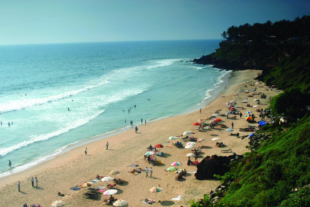 Turistas en la playa de Varkala en Kerala