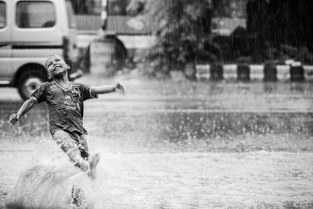 Alegría en India durante el monzón