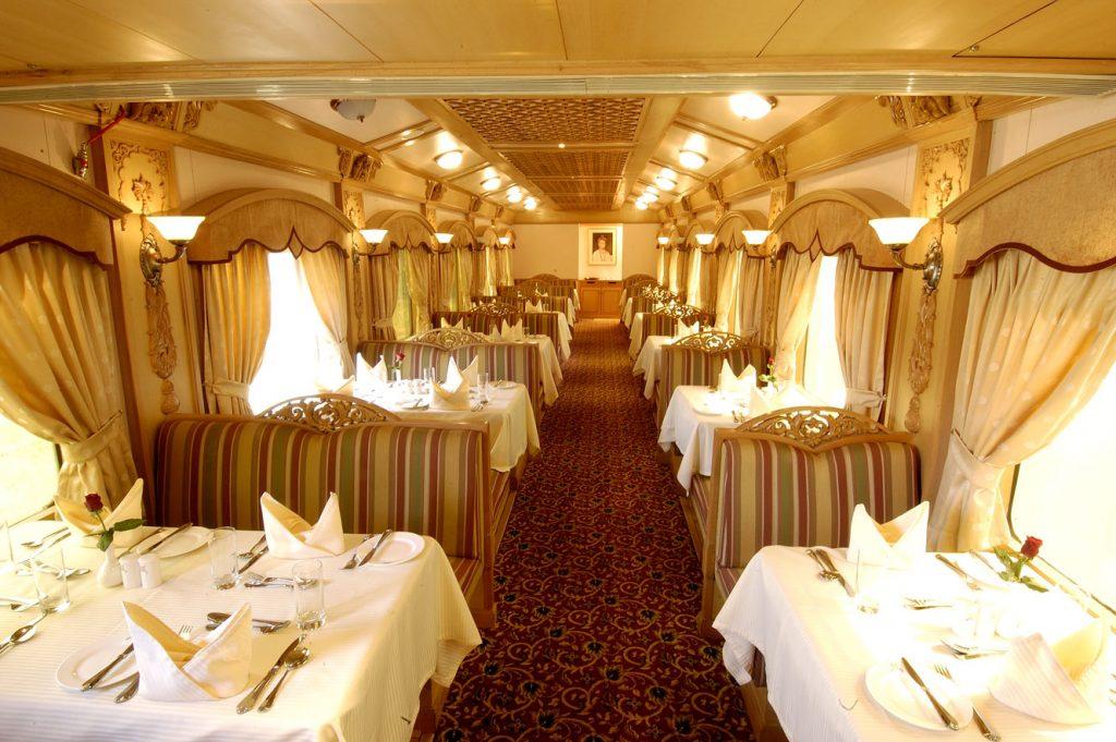Restaurante en tren de lujo de India