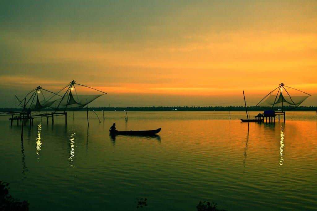 Pescador y típicas redes chinas en Kerala