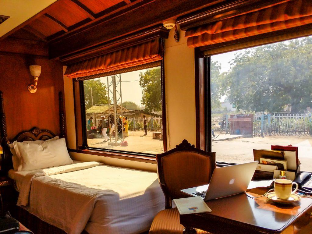 Habitación del Maharajas Express frente a estación india