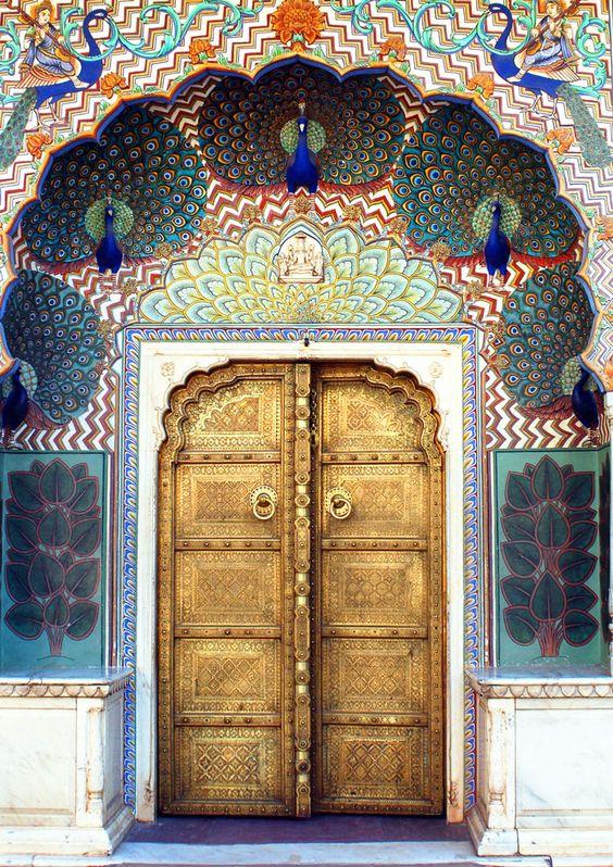 Pavos reales en la entrada al City Palace de Jaipur.