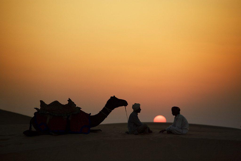 Dos nómadas en el desierto del That en Rajastán India