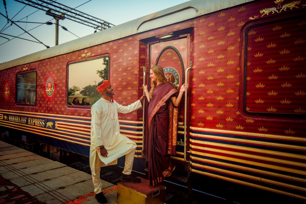 Pasajeros a bordo de un tren de lujo en India