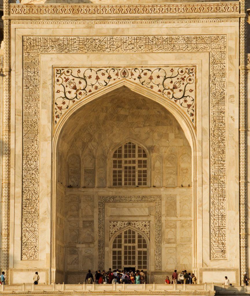 Majestuosa entrada al Taj Mahal en Agra
