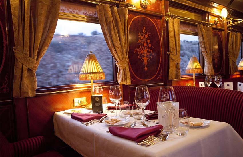 Platos y aperitivos en cena del restaurante del tren Palace on Wheels