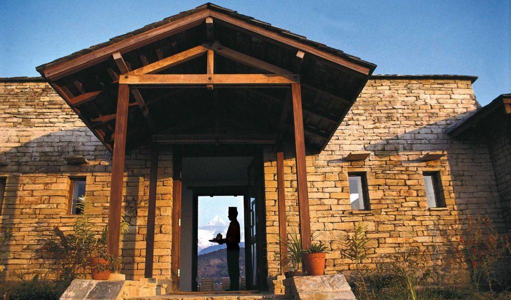 Lobby de Tiger Mountain Lodge con los Himalayas al fondo