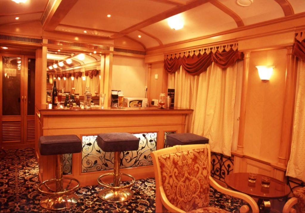Mobiliario del bar de Deccan Odissey