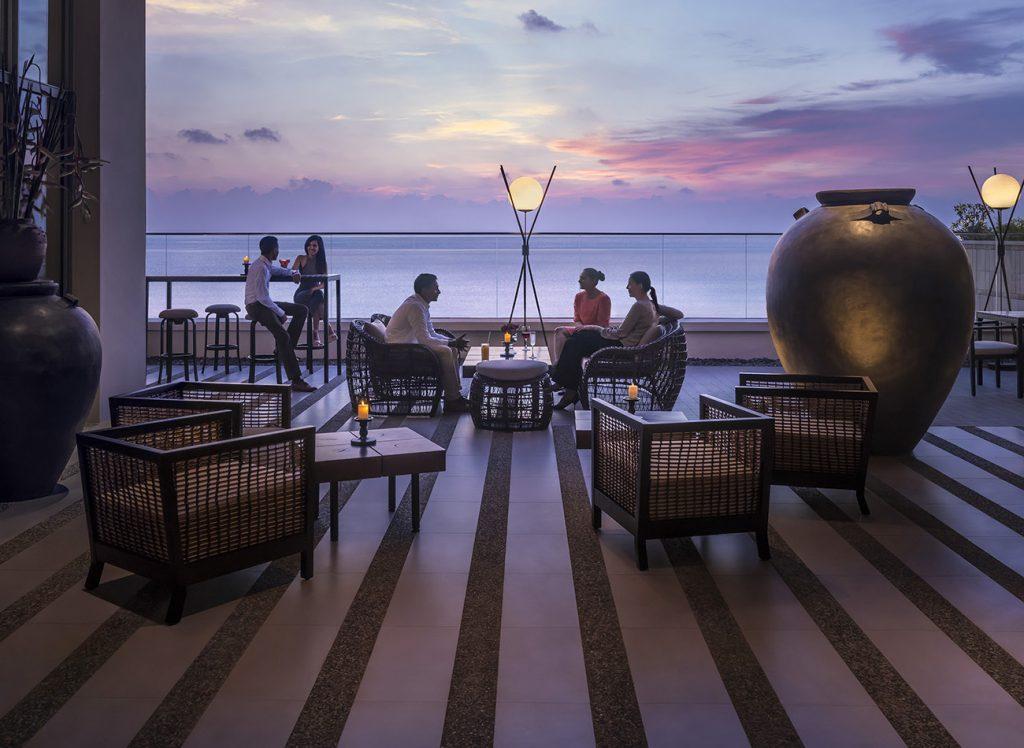 Terraza del hotel Shangri-La Colombo al atardecer
