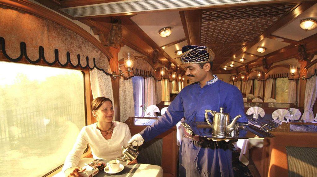 Un té caliente a bordo de Deccan Odissey en India