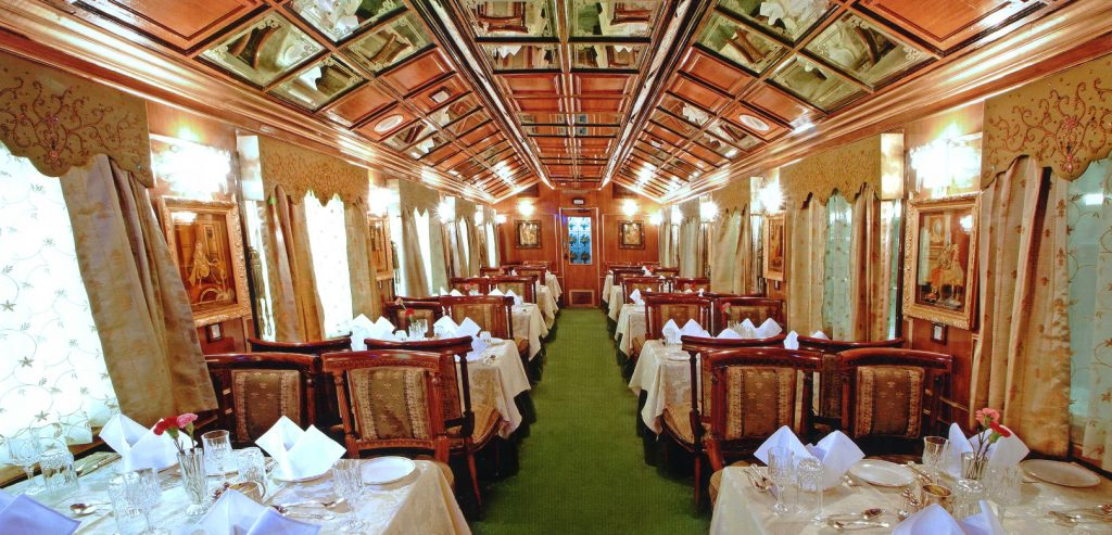 Restaurante Maharani de Palace on Wheels listo para el servicio
