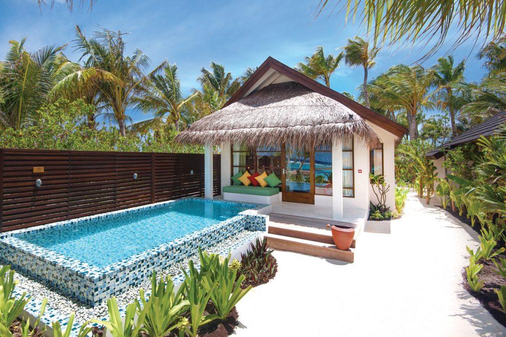 Beach Villa con piscina rodeada de palmeras