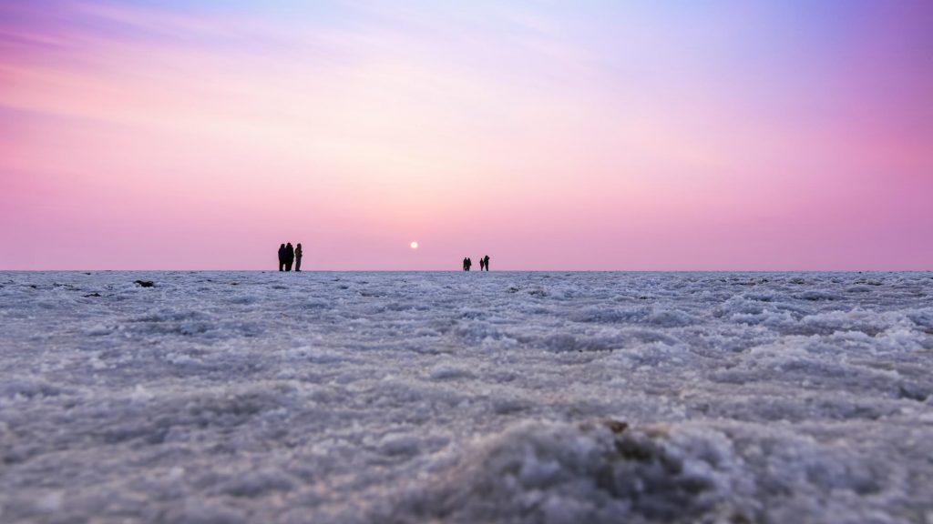 Turistas en el desierto de Rann de Kutch en Gujarat.