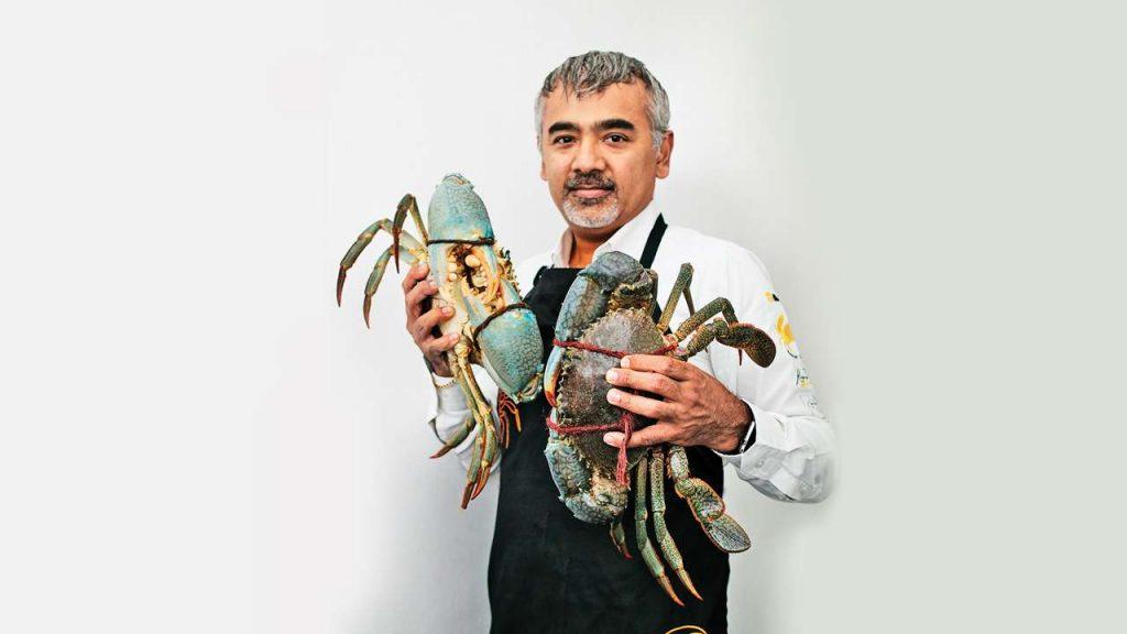 Dharsan Munidasa luce con dos cangrejos de Ministry of Crab