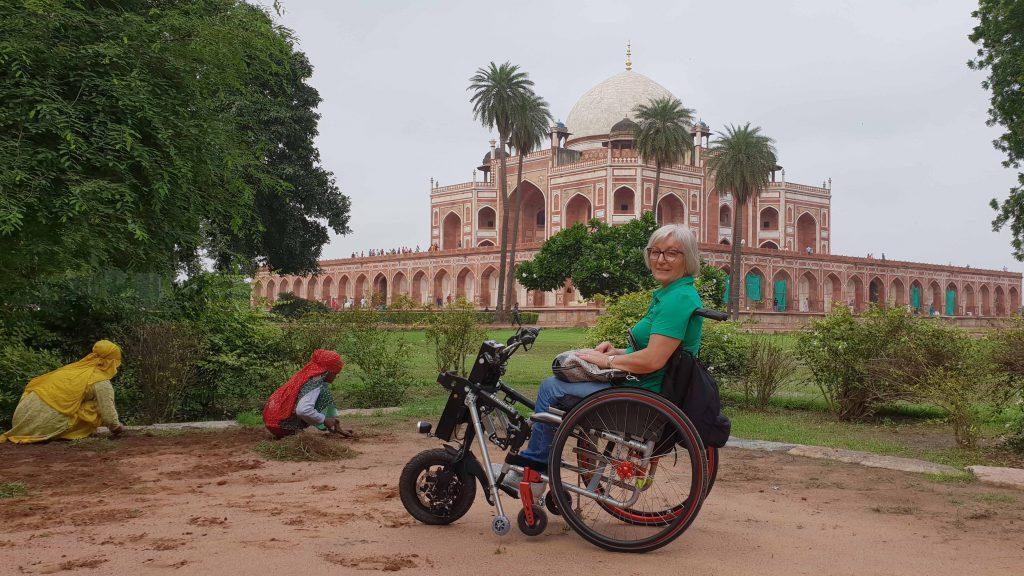 Viajera en silla de ruedas en la Tumba de Humayun en New Delhi