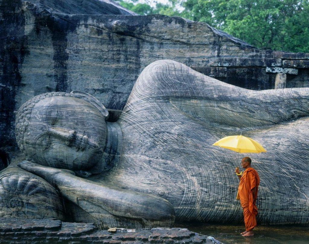 Monje budista en Gal Vihara en Sri Lanka