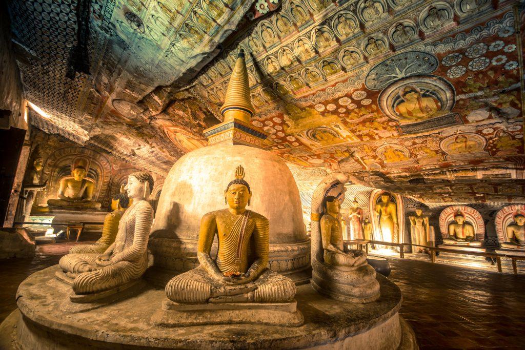Estatuas de Buda en una de las cuevas de Dambullo