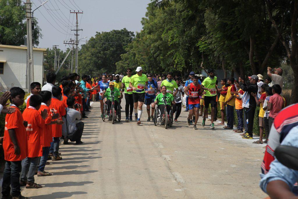1km1vida recorre una de las ciudad de India durante la maratón