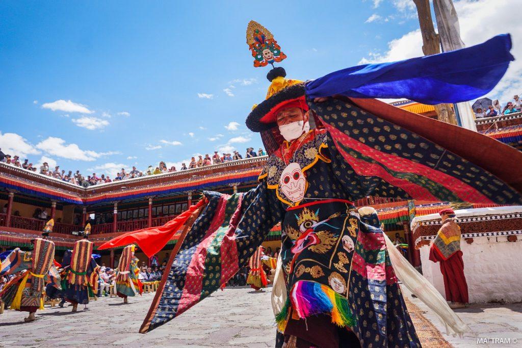 Celebración del famoso tsechu de Bután
