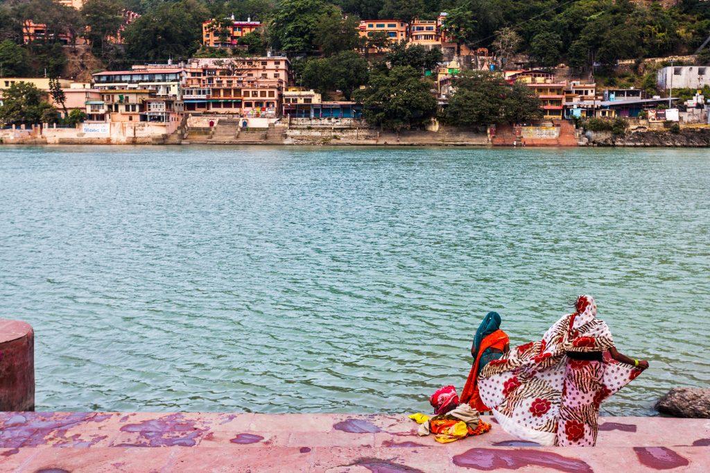 Mujeres frente al río Ganges en Rishikesh