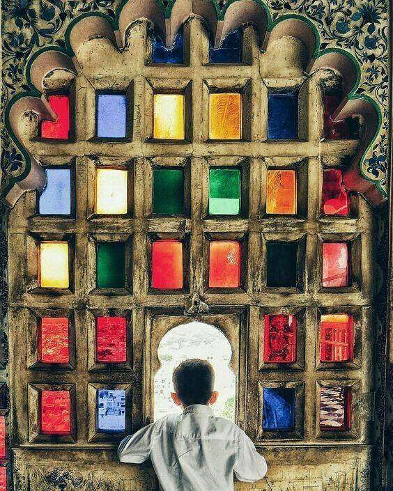 Ventana de colores en el City Palace de Udaipur