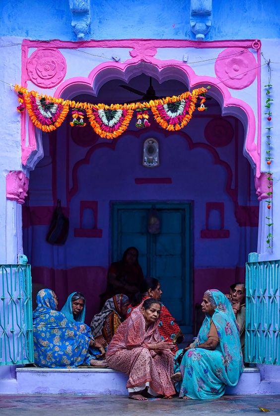 Mujeres con saris en un portal de Jodhpur