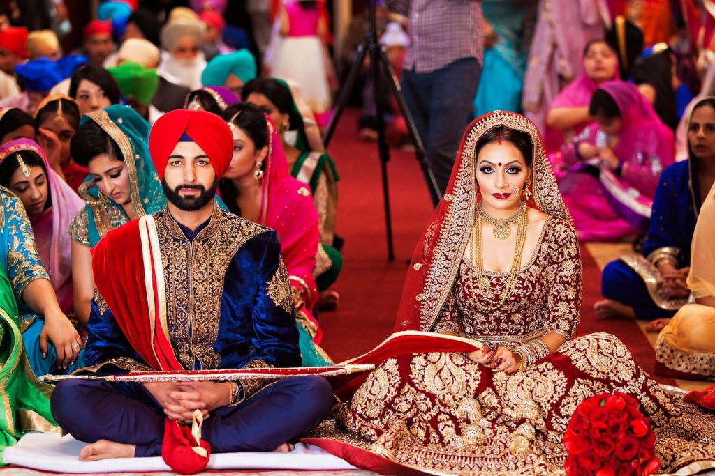 Dos novios aguardando en una boda india